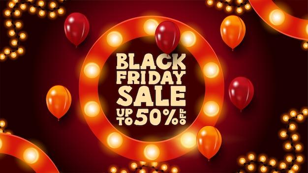 Black friday sale, bis zu 50% rabatt, rotes horizontales rabattbanner mit rundem rahmen, verziert mit glühbirnen, girlandenrahmen und luftballons Premium Vektoren