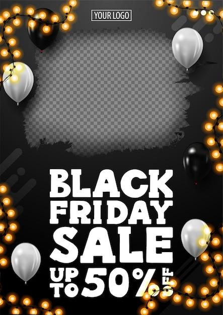 Black friday sale, bis zu 50% rabatt, schwarzes vertikales rabattbanner mit platz für ihr foto, weiße luftballons in der luft und girlandenrahmen. Premium Vektoren