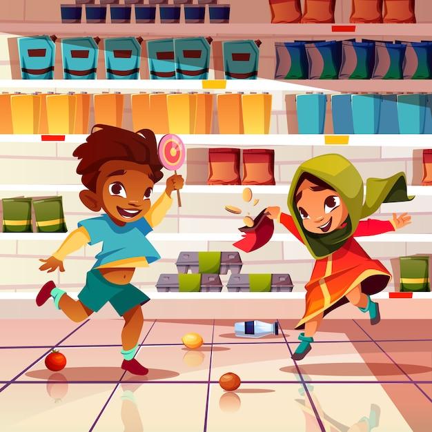 Boshafte kinder, die mit lebensmittel in der supermarktkarikatur spielen Kostenlosen Vektoren