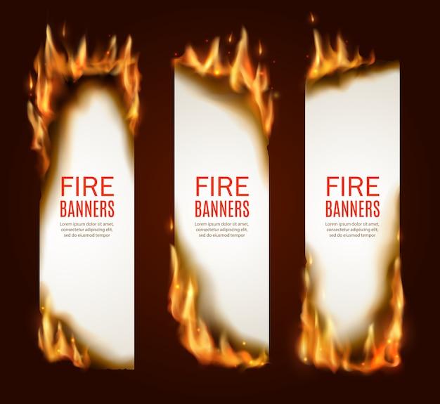 Brennende vertikale papierbanner, seiten mit realistischem feuer, funken und glut. leere vertikale konflagrante karten, vorlagen für werbung, brennende rahmen. brennen von papierbögen eingestellt Premium Vektoren