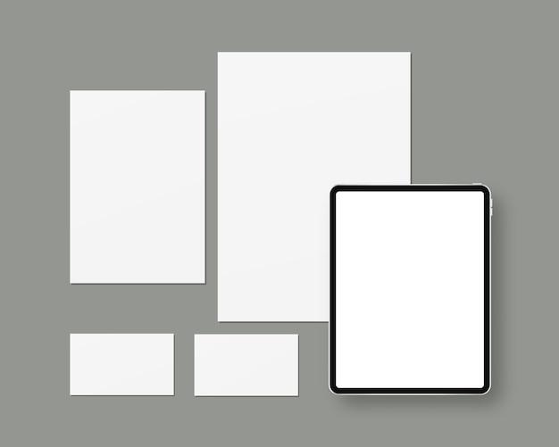 Briefpapier mit leerem papier, tablet, visitenkarten. branding schreibwaren szene. Premium Vektoren