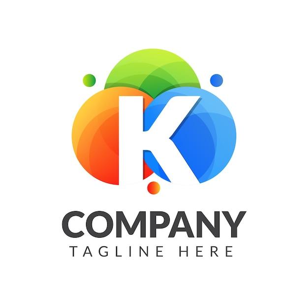 Buchstabe k logo mit buntem kreishintergrund für kreativindustrie, web, geschäft und firma Premium Vektoren
