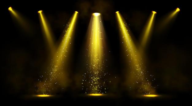 Bühnenlichter, goldene scheinwerfer mit rauch und funkeln. Kostenlosen Vektoren