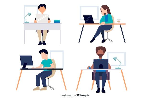 Büroangestelltcharaktere, die am flachen design der schreibtische sitzen Kostenlosen Vektoren