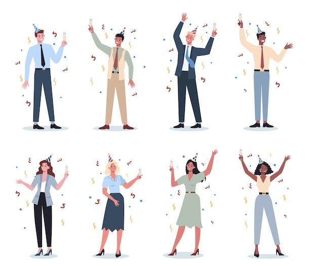 Büroangestellter am arbeitsgruppen-set. sammlung von geschäftsleuten im partyhut, der mit einem glas alkohol tanzt. mitarbeiter haben spaß am arbeitsplatz. Premium Vektoren