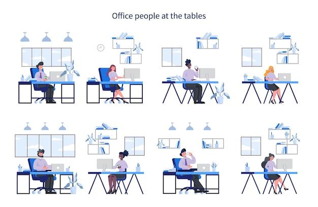 Büromitarbeiter mit an ihrem arbeitsplatz et. frau und mann im intelligenten lässigen sitzen am schreibtisch und arbeiten am computer. mitarbeiter im büro. Premium Vektoren