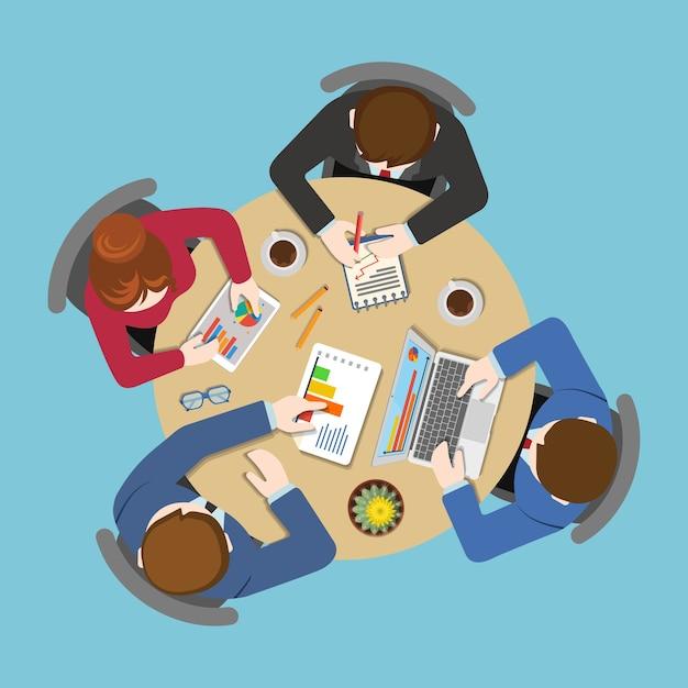 Bürotafel-draufsicht business flat web infografik-konzept. mitarbeiter um tischbericht analytik arbeiten tablet laptop leerer hintergrund. planung von brainstorming-berichten. kreative personensammlung. Kostenlosen Vektoren