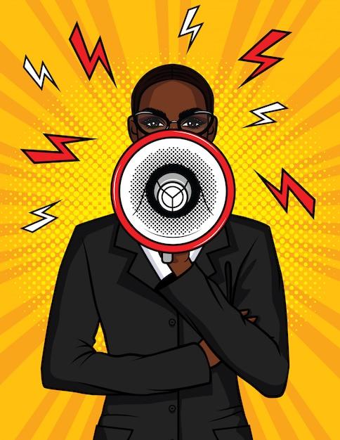 Bunte pop-art-comic-illustration eines afroamerikanermädchens mit einem lautsprecher in ihrer hand. die geschäftsfrau spricht in einem megaphon. porträt eines chefmädchens mit einem mundstück Premium Vektoren