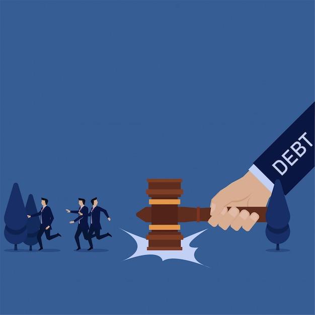 Business hand schlug hammer zu boden und team weglaufen metapher der schulden. Premium Vektoren