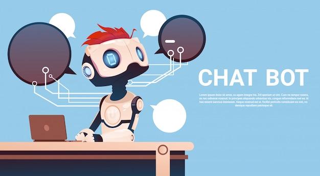 Chat-bot mit laptop-computer, virtueller roboterunterstützung von website oder mobilen anwendungen, artifici Premium Vektoren
