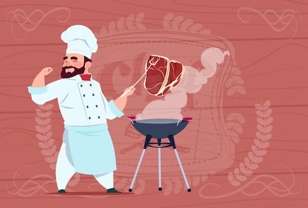 Chefkoch-grill-fleisch auf bbq-karikatur-restaurant-chef in der weißen uniform über hölzernem strukturiertem hintergrund Premium Vektoren