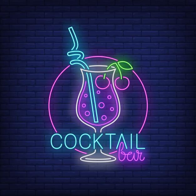 Cocktailbar-neontext, getränk mit stroh und kirschen Kostenlosen Vektoren