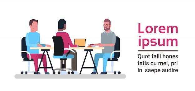 Coworking-center-konzept-gruppe kreative leute, die mit computern am geschäfts-mitarbeiter-raum zusammenarbeiten Premium Vektoren