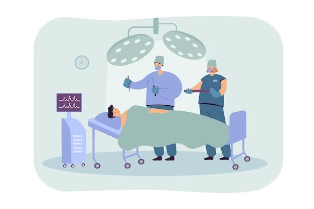 Das team erfahrener chirurgen, das patienten auf der flachen abbildung des operationstisches behandelt. medizinische karikaturarbeiter, die im operationssaal arbeiten Kostenlosen Vektoren