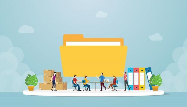 Dateiverwaltung mit teamleuten im büro verwalten und bereiten daten mit großer ordnerikone mit modernem flachem stil vor Premium Vektoren