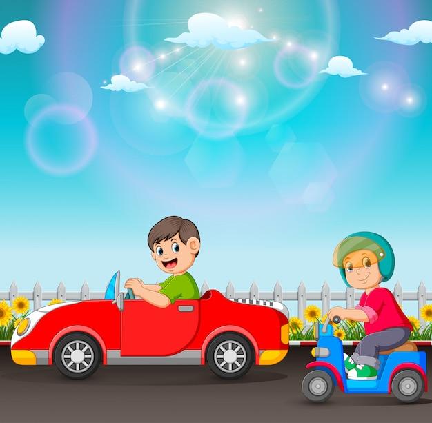Der junge fährt das auto und der eine fährt den roller Premium Vektoren