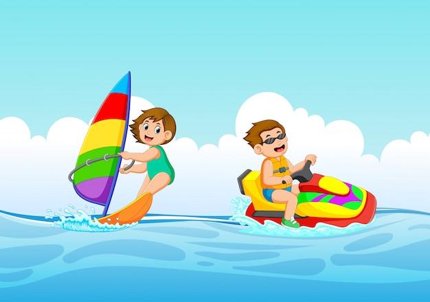 Der junge und das mädchen spielen mit jetski und segelboot Premium Vektoren