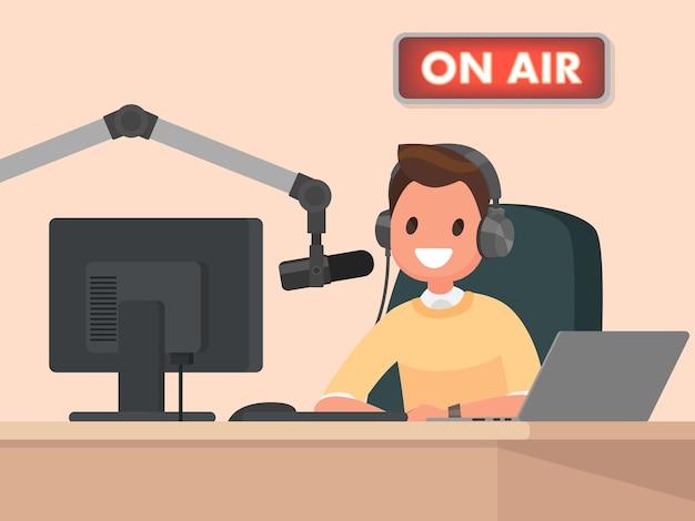 Der radiomoderator hinter einem schreibtisch spricht in das mikrofon in der luft Premium Vektoren