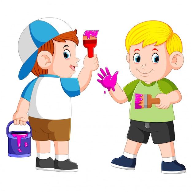 Die jungs spielen mit der lila farbe und dem pinsel Premium Vektoren