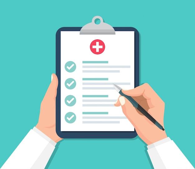 Doktor hände, die zwischenablage mit checkliste für medizinischen bericht in einem flachen entwurf halten Premium Vektoren