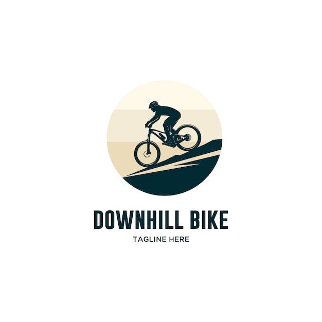 Downhill-bike mit helmlogo Premium Vektoren