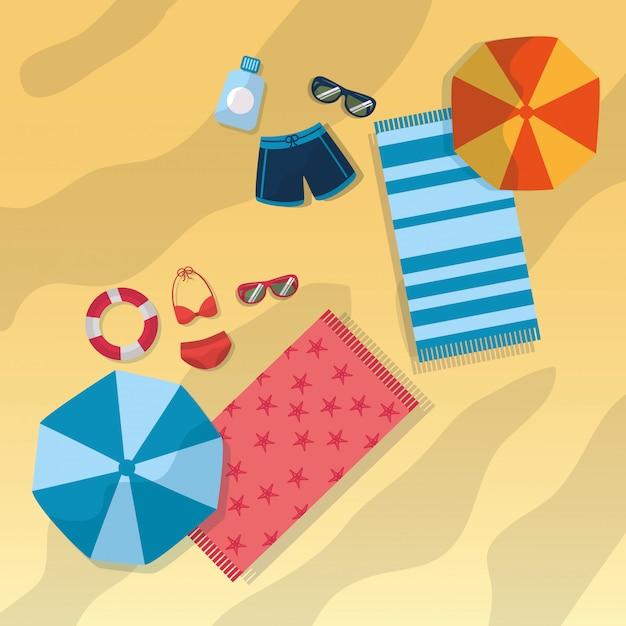 Draufsichtstrand mit badeanzugregenschirm-sonnenbrilletüchern und flaschensonnenschutz Kostenlosen Vektoren