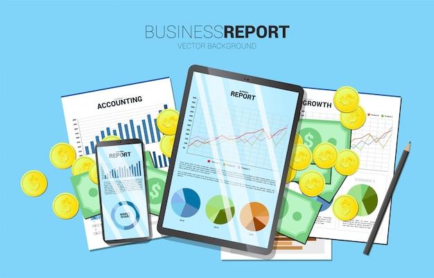 Draufsichttabellengeschäftsbericht im handy und in der tablette mit papier und geld. Premium Vektoren