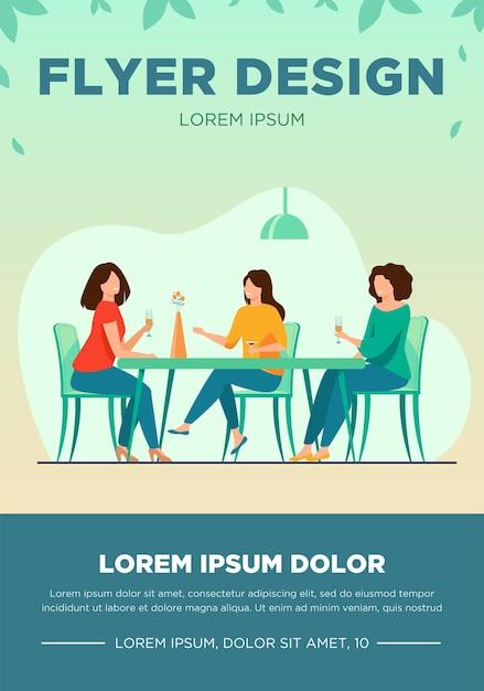 Drei freundinnen sitzen im café beim mittagessen und sprechen flache vektorillustration. frauen hängen zusammen rum. freundschafts- und kommunikationskonzept. Kostenlosen Vektoren