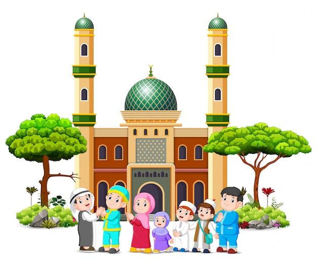 Eine familie entschuldigt sich beim kleriker vor der moschee Premium Vektoren