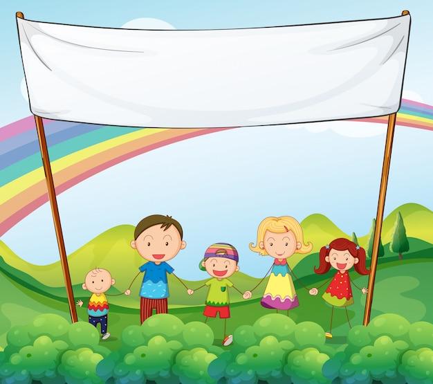 Eine familie im garten mit einem leeren banner Kostenlosen Vektoren