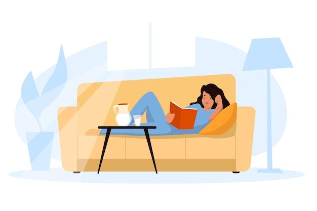 Eine frau, die ein buch zu hause sich entspannt auf dem sofa hält Kostenlosen Vektoren