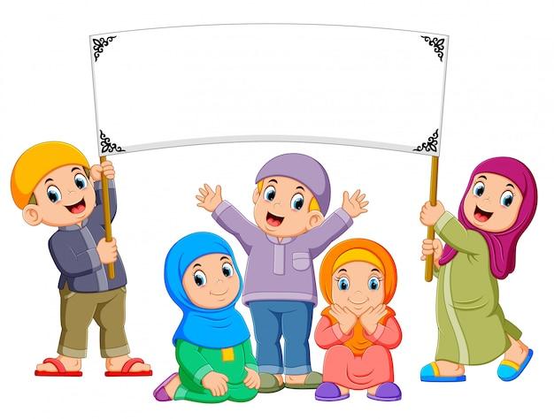Eine glückliche familie spielt und hält die leere fahne Premium Vektoren