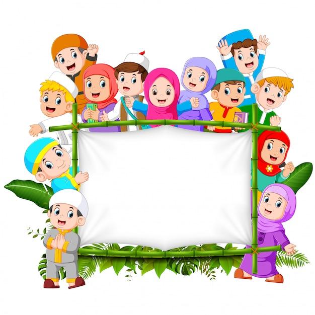 Eine große, glückliche familie hält den holzrahmen des dschungels Premium Vektoren
