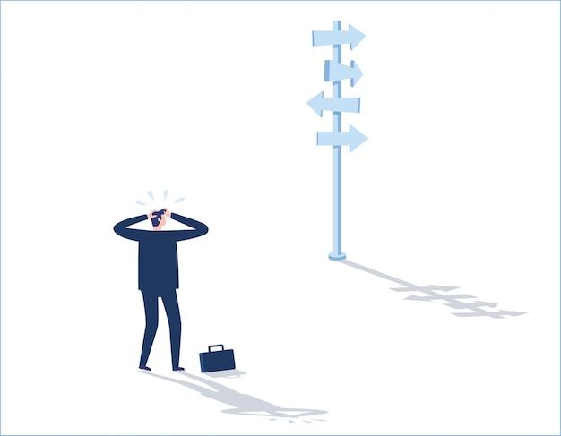 Entscheidungsgeschäfts-konzeptgeschäftsmann, der traurig steht und betrachtet die pfeile, die auf viele richtungen zeigen Premium Vektoren