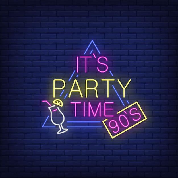 Es ist party time neon schriftzug mit cocktail. Kostenlosen Vektoren