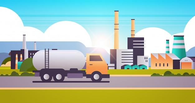 Fabrikgebäude industriegebiet mit gas- oder öltanker-lkw-rohrschornsteinen Premium Vektoren