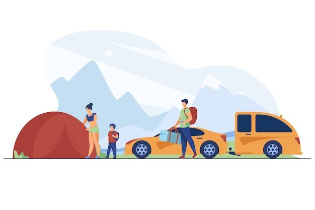 Familie, die lager in den bergen aufbaut. touristen mit kind nahe zelt und auto flache vektorillustration. urlaub, familienreisen, abenteuerkonzept Kostenlosen Vektoren