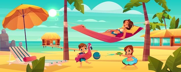 Familienurlaub auf tropischem erholungsortkarikaturvektor mit der glücklichen entspannenden mutter Kostenlosen Vektoren