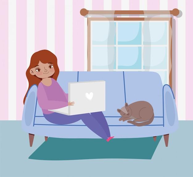 Fernarbeit, junge frau, die auf sofa mit laptop und katze sitzt Premium Vektoren