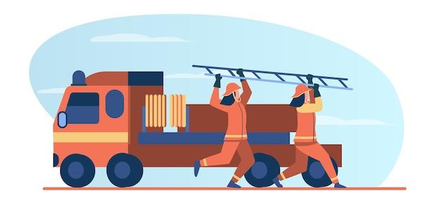 Feuerwehrleute eilen zur rettung. feuerwehrmänner, die vom fahrzeug laufen und leiter flache vektorillustration tragen. brandgefahr, notfallkonzept Kostenlosen Vektoren