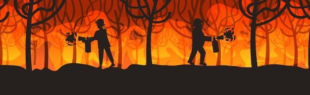 Feuerwehrmänner, die gefährliches verheerendes buschfeuer in australien-feuerwehrmännern unter verwendung der feuerlöscher feuern, die die intensiven orange flammen des naturkatastrophenkonzeptes horizontal in voller länge feuern Premium Vektoren