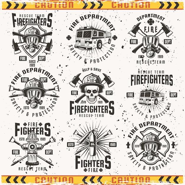 Feuerwehrsatz von emblemen, etiketten, abzeichen und logos im jahrgang auf hintergrund mit grunge-texturen auf separater ebene Premium Vektoren