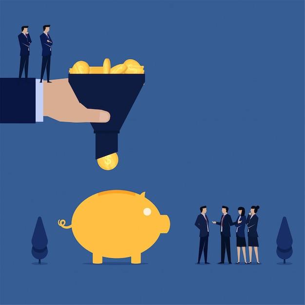 Filterneinkommensmünzen des geschäftsteams, um sich in sparschwein zu setzen Premium Vektoren