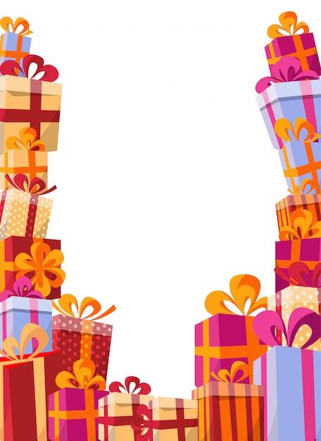 Flache illustration des volumenarthintergrundes. berg von geschenken in hellen kästen mit bändern Premium Vektoren