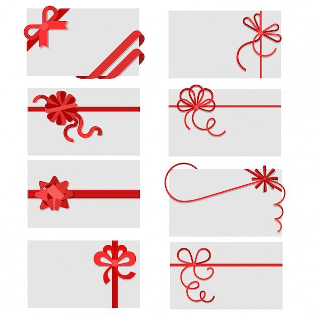 Flache rote geschenkbögen des bandes auf gruß- oder einladungskartenumschlägen mit kopienraumvektor-illustrationssatz. Kostenlosen Vektoren