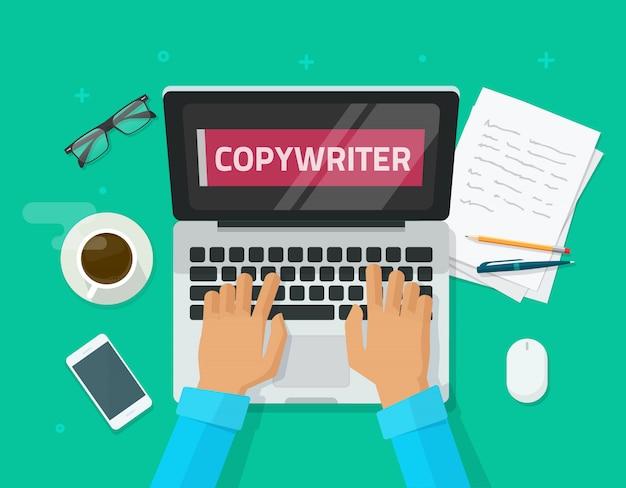 Flacher karikaturarbeitsplatz des werbetreibenden arbeitend an laptop und artikel schreibend Premium Vektoren
