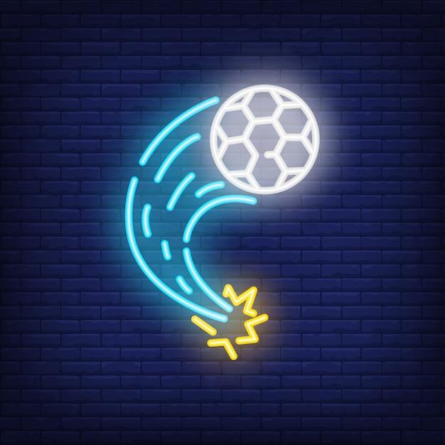 Fliegender Fußball auf Ziegelsteinhintergrund. Neon-Artillustration. Fußball, Tritt, Tor. Kostenlose Vektoren
