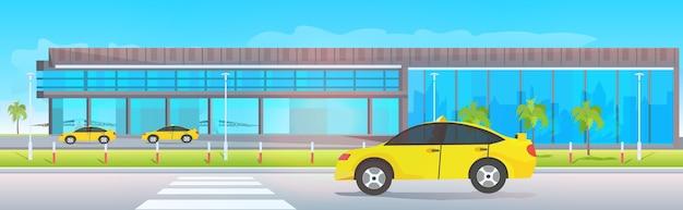 Flughafenterminal außerhalb gelber taxis nahe modernem abflug horizontal Premium Vektoren