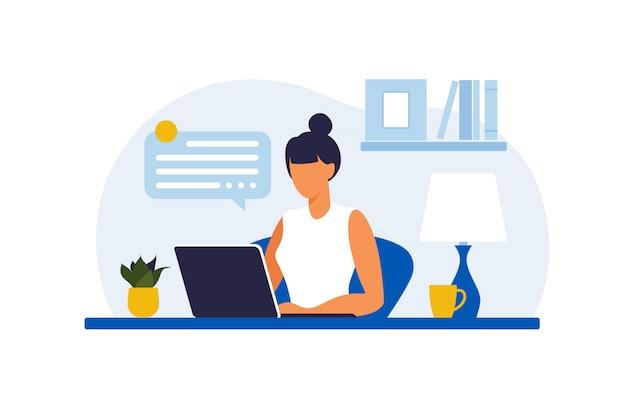Frau, die am tisch mit laptop sitzt. arbeiten an einem computer. freiberufliche, online-bildung oder social-media-konzept. von zu hause aus arbeiten, remote-job. flacher stil. illustration. Premium Vektoren