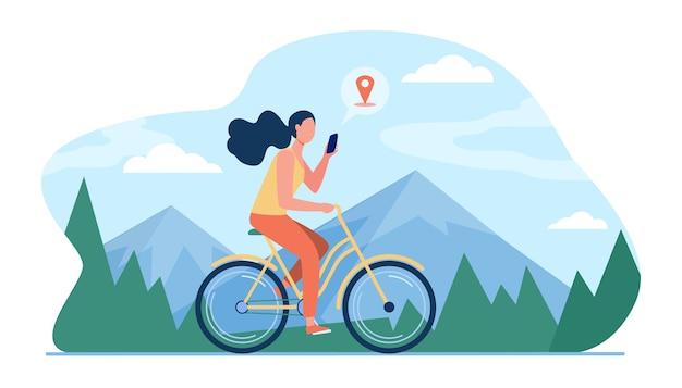 Frau, die fahrrad durch berge reitet. mädchen radfahren und beratung standort app auf zelle flache illustration. Kostenlosen Vektoren